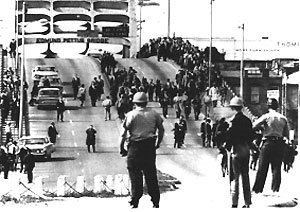 Selma march on the Edmund Pettus Bridge (mrshealy-usii.wikispaces.com)